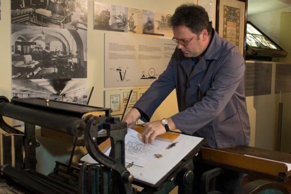 Prikaz delovanja tiskarskega stroja tiegl.
